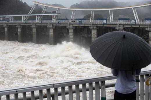 11일 한 시민이 경기 하남시 팔당댐에서 방류되는 한강물을 바라보고 있다. /사진=뉴스1