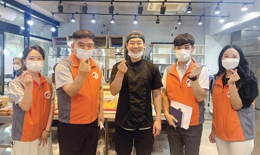 한국전력공사 목포지사는 관내 사회적 약자 10가구를 방문해 반찬 배달 봉사활동을 벌였다./사진=한전 목포지사