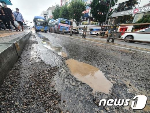 부산에서 지속된 장마와 호우로 '도로 위 지뢰'로 불리는 포트홀이 급증한 것으로 확인됐다. 사진은 지난 5일 서울 종로 버스전용차로에 발생한 포트홀의 모습. /사진=뉴스1