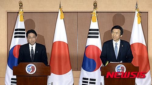 윤병세 당시 외교부 장관(오른쪽)과 기시다 후미오 외무성 장관이 지난 2015년 12월28일 외교부 청사에서 일본군 위안부 문제 해결을 위한 한일 외교장관 회담 공동기자회견을 진행했다. /사진=뉴시스