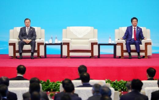 한일 갈등이 일본 측의 역사 왜곡 등으로 악화일로를 걷고 있다. 사진은 문재인 대통령(왼쪽) 아베 신조 일본 총리. /사진=로이터