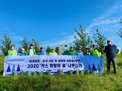 푸른아시아 관계자, 몽골 대학생, 현지 주민으로 구성된 환경봉사단이 몽골 '카스 희망의 숲' 일대에서 나무심기 봉사활동을 마치고 기념촬영을 하고 있다./사진=오비맥주