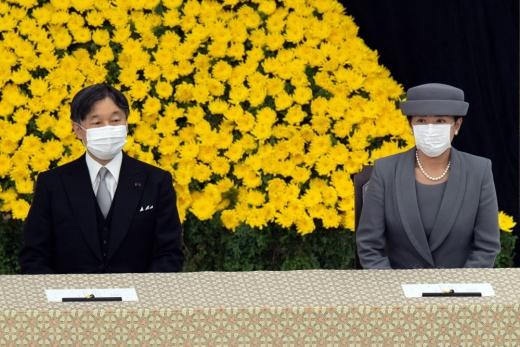 지난해 5월 즉위 후 두 번째로 종전 기념행사에 참석한 나루히토 일왕(사진 왼쪽)은 올해도 '깊은 반성'을 언급했다. /사진=로이터