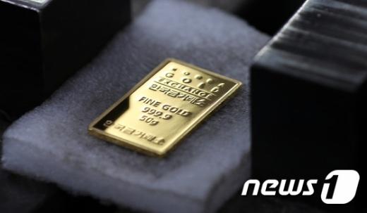 뉴욕상품거래소에서 17일(현지시간) 12월 인도분 금은 전거래일보다 온스당 2.5%(48.90달러) 상승한 1998.7달러에 거래를 마쳤다./사진=뉴스1DB