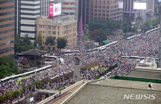 18일 경찰에 따르면 서울 광화문에서 집회에 참석했다가 체포된 이들 중에서 신종 코로나바이러스 감염증(코로나19) 확진자가 발생했다. /사진=뉴시스