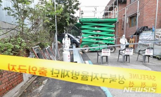 18일 관계당국에 따르면 경기도의료원 파주병원에서 탈출한 서울 성북구 사랑제일교회 신종 코로나바이러스 감염증(코로나19) 교인이 서울로 진입했다. 사진은 사랑제일교회를 방역하는 모습. /사진=뉴시스