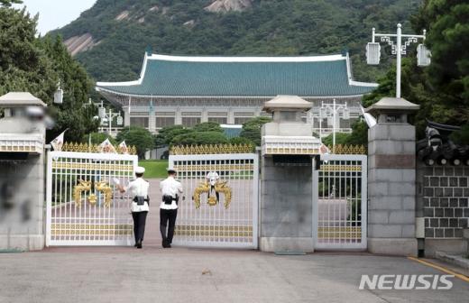 최재성 정무수석은 18일 브리핑을 통해 문재인 대통령과 김종인 미래통합당 대표 등의 대화 자리를 위한 작업을 협의하자고 미래통합당에 제안했다. /사진=뉴시스