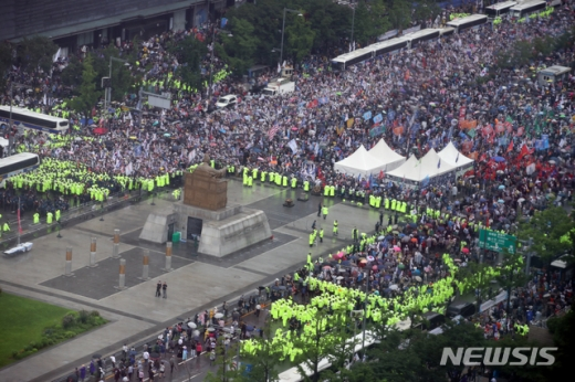 지난 17일 청와대 국민청원에는 '8.15 광화문 시위 참가자 중 코로나 확진자는 자비로 치료케 할 것을 청원합니다'라는 제목의 청원글이 게재됐다. /사진=뉴시스