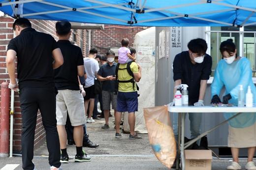 사랑제일교회발 코로나19 확진자가 확산하고 있는 가운데 18일 오후 서울 종로구 보건소에 설치된 선별진료소에서 사민들이 검사를 기다리고 있다./사진=뉴스1 황기선 기자