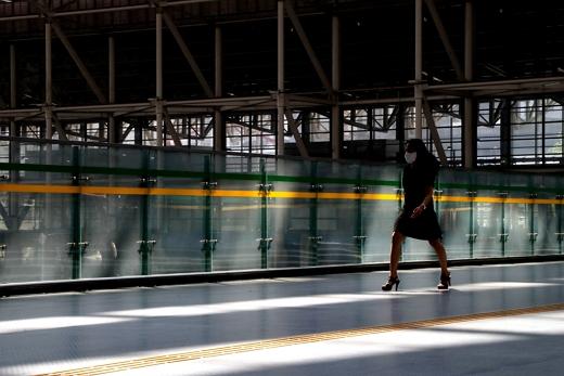 수도권에 신종 코로나바이러스 감염증(코로나19) 확산세가 이어지는 가운데 18일 오후 경기도 광명역에서 한 시민이 마스크를 착용한 채 걷고 있다. /사진=뉴스1 조태형 기자