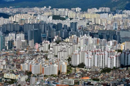 지난달 서울 아파트의 3.3㎡당 평균 분양가가 전달 보다 소폭 떨어진 2676만원으로 조사됐다. 사진은 서울시내 한 아파트 밀집 지역. /사진=뉴시스 DB