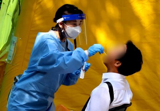 인천 서구 보건소 선별진료소에서 한 시민이 신종 코로나바이러스 감염증(코로나19)검체 검사를 받고 있다./사진=정진욱 뉴스1 기자