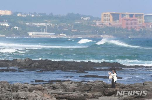24일 오후 제8호 태풍 바비로 인해 제주 서귀포 바다에서 거센 파도가 치고 있다.©뉴시스