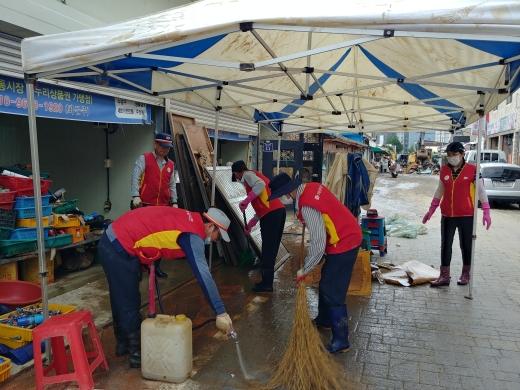 구례우체국 직원들이 수해를 입은 구례시장에서 복구 활동을 하고 있다/사진제공=전남지방우정청.