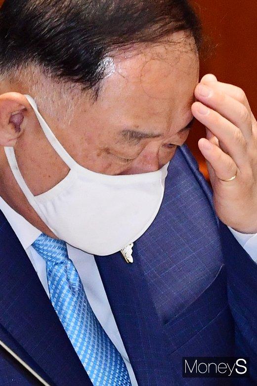 [머니S포토] 국회 예결위 홍남기, 재난지원금에 고심 또 고심
