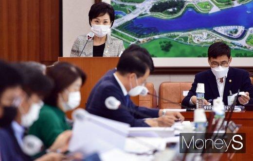 [머니S포토] 국회 국토위, 보고하는 김현미 장관