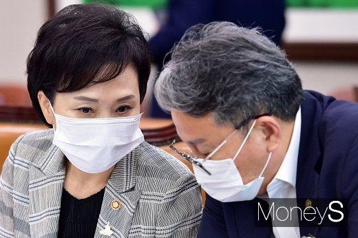 [머니S포토] 국회 국토위, 의견 나누는 '김현미'