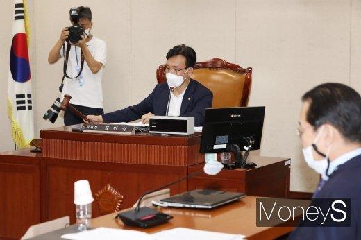 [머니S포토] 의사봉 두드리는 김민석 소위 위원장