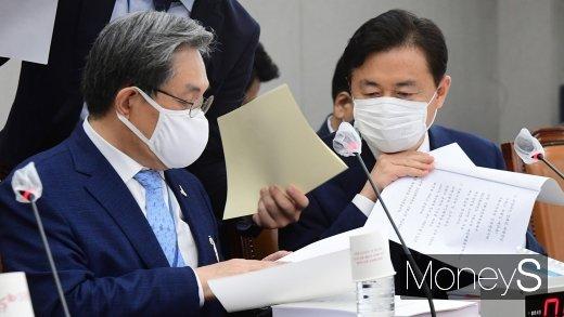 [머니S포토] 국회 운영위, 자료 살피는 노영민과 김영춘
