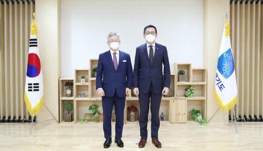 이재명 경기도지사(왼쪽)와 에릭 테오 주한 싱가포르 대사. / 사진제공=경기도