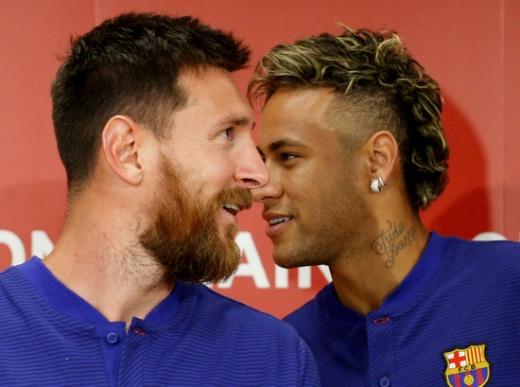 FC 바르셀로나 시절의 리오넬 메시(왼쪽)와 네이마르. 네이마르는 최근 소속팀 파리 생제르망에 메시 영입을 요청한 것으로 알려졌다. /사진=로이터