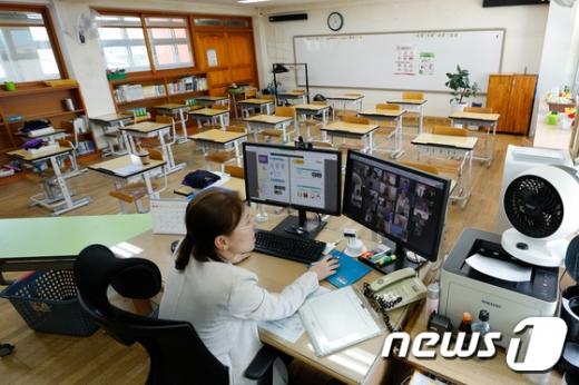 고등학교 3학년을 제외한 수도권 유치원 및 초·중·고교 전면 원격수업이 시행된 지난 26일 서울 용산초등학교에서 교사가 원격수업을 하고 있다. /사진=뉴시스