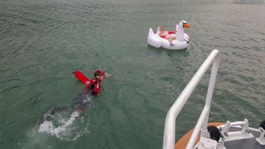 물놀이 하던 중 해상으로 떠내려가던 30대가 구조되고 있다/사진=여수해경 제공.