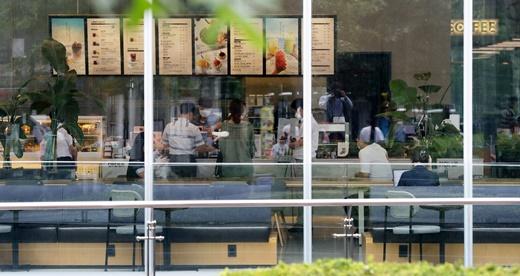 정부가 커피전문점의 매장 이용을 금지하는 방역 강화 조치 방안을 내놓으면서 업계 타격이 예상된다./사진=뉴스1