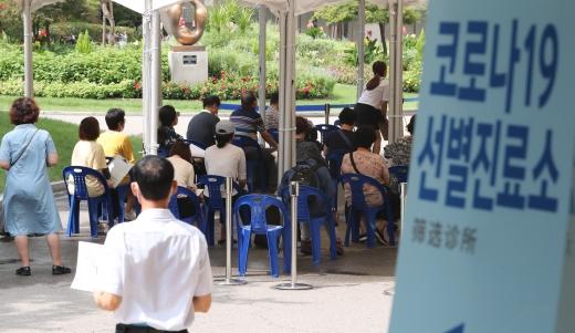 정부가 수도권의 사회적 거리두기 2단계를 일주일 더 연장한 28일 서울 영등포구청에 마련된 신종 코로나바이러스 감염증(코로나19) 선별진료소가 검사를 받으려는 시민들로 붐비고 있다./사진=뉴스1 허경 기자