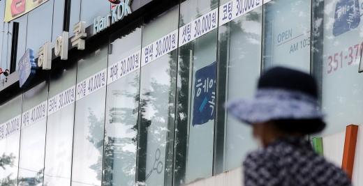 신종 코로나 바이러스 감염증(코로나19) 확진자 발생으로 27일 서울 은평구 미용실이 폐쇄됐다./사진=뉴스1 박지혜 기자