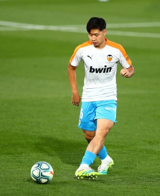 지난 6월18일 발렌시아 미드필더 이강인(20)이 2019-2020 라리가 레알 마드리드와의 경기에 앞서 스페인 마드리드 에스타디오 알프레도 디 스테파노에서 몸을 풀고 있다. /사진=로이터