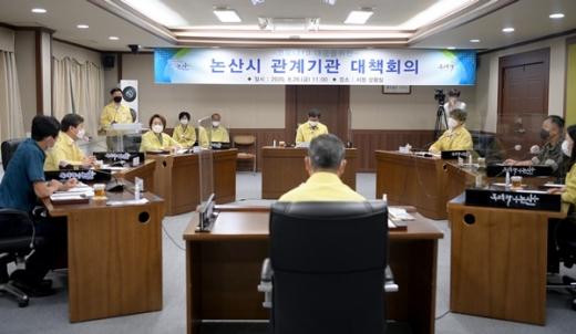 황명선 논산시장이 코로나19 방역대책과 관련 유관기관과 회의를 하고있다. /사진=논산시