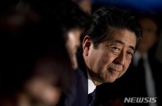 아베 신조 일본 총리가 28일 직접 총리직 사임을 표명했다./ 사진=뉴시스/AP