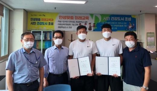 안성시(시장 김보라)는 9월 1일자로 테니스 선수 김형돈·김재환을 임용했다. / 사진제공=안성시