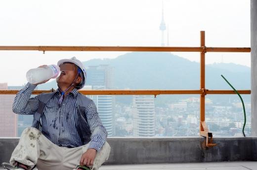 서울시가 건설노동자에 주휴수당을 지급해 평균임금이 증가했다고 설명했다. 사진은 서울시내 한 건설현장에서 노동자가 휴식시간에 물을 마시는 모습. /사진=뉴시스 DB