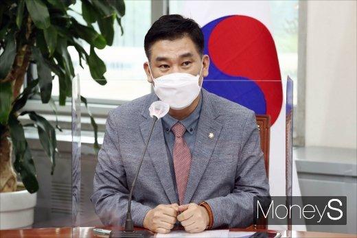 [머니S포토] 소상공인 살리기 특위 제1차 회의 참석한 최승재 의원