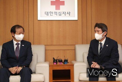 [머니S포토] 신희영 회장과 대화하는 이인영 통일부 장관