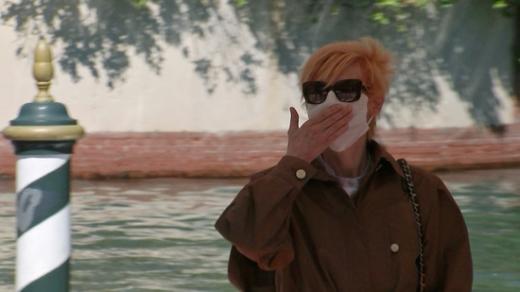 배우 틸다 스윈튼이 베니스영화제에서 '블랙팬서' 채드윅 보스만을 추모하는 포즈를 취했다. /사진=로이터