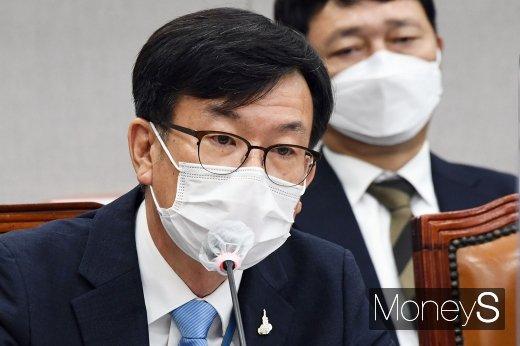 """[머니S포토] 김상조, """"전기요금, 추가 인상되지 않도록 종합계획 준비중"""""""