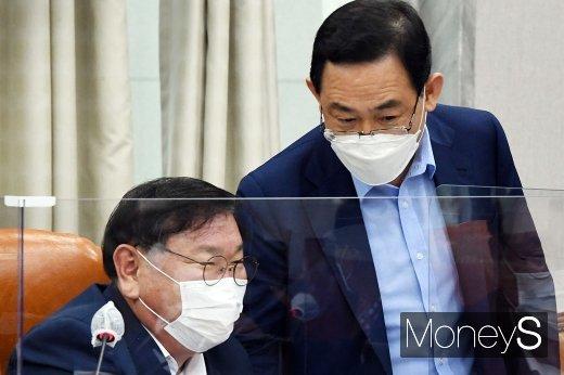 [머니S포토] 국회 운영위, 대화 나누는 김태년과 주호영