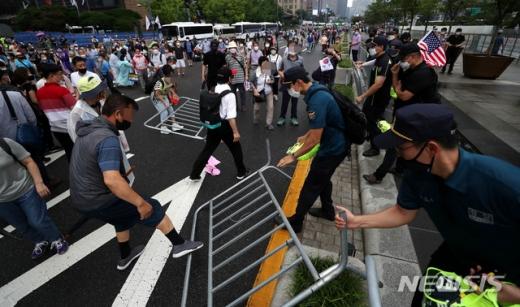 지난달 15일 도심집회 참가자들이 서울 종로구 광화문광장에서 경찰이 세워놓은 바리게이트를 넘어 도로로 나오고 있다. /사진=뉴시스