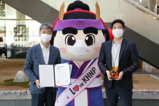한국수력원자력이 '2020 소셜아이어워드' 대상을 수상했다. 이해영 한수원 홍보실 기업홍보부장(왼쪽)과 임세혁 한수원 홍보실 기업홍보부 차장이 기념촬영을 하고 있다./사진=한수원