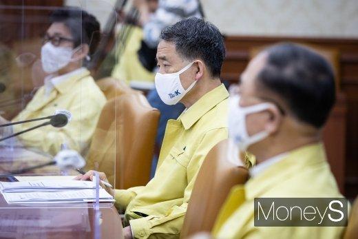 [머니S포토] 정세균 총리 발언 경청하는 박능후 보건복지부 장관