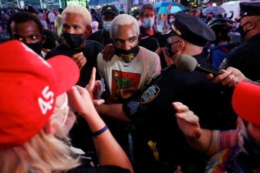 지난 3일(현지시각) 미 뉴욕 맨해튼 중심부 타임스 스퀘어에서 경찰이 지난 3월 경찰의 과잉 진압으로 숨진 다니엘 프루드를 추모하는 시위대에 해산을 시도하고 있다. /사진=로이터