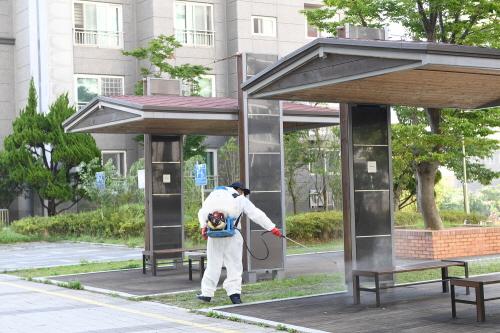 기장군 감염병방역단에서는 오전 9시부터 코로나 확진자가 발생한 거주지와 인근지역, 엘리베이터와 계단 등을 중점적으로 방역 소독을 진행하고 있다./사진=기장군