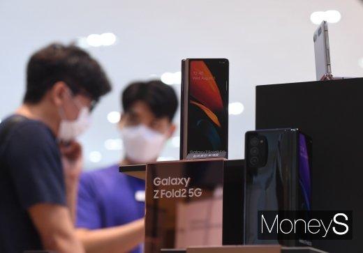[머니S포토] 삼성 딜라이트샵에서 만나는 '갤럭시 Z 폴드2'