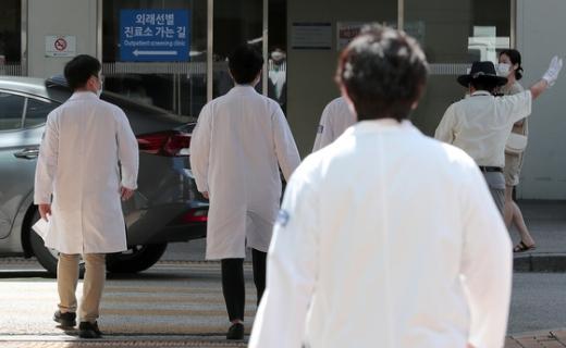 4일 오전 서울 서초구 서울성모병원에서 의료진이 병동으로 들어가고 있다. /사진=뉴스1
