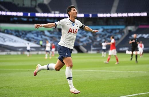 토트넘 홋스퍼 공격수 손흥민(29)이 지난 7월13일(한국시간) 영국 런던 토트넘 홋스퍼 스타디움에서 열린 2019-2020 잉글랜드 프리미어리그(EPL) 토트넘-아스널과의 경기에서 동점골을 넣은 뒤 세레모니를 펼치고 있다. /사진=로이터