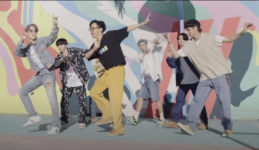 '라디오쇼'에서 그룹 방탄소년단의 신곡 '다이너마이트' 뮤직비디오가 언급됐다. /사진=방탄소년단 뮤직비디오 캡처