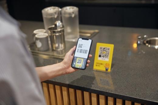 QR(전자무늬)코드를 통해 이용자로부터 돈을 송금받는 카카오페이의 '소호결제'./사진=카카오페이